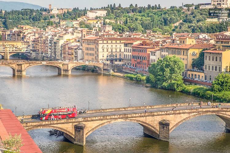 Qué ver en Florencia. Bus turistico de Florencia a su paso por el puente
