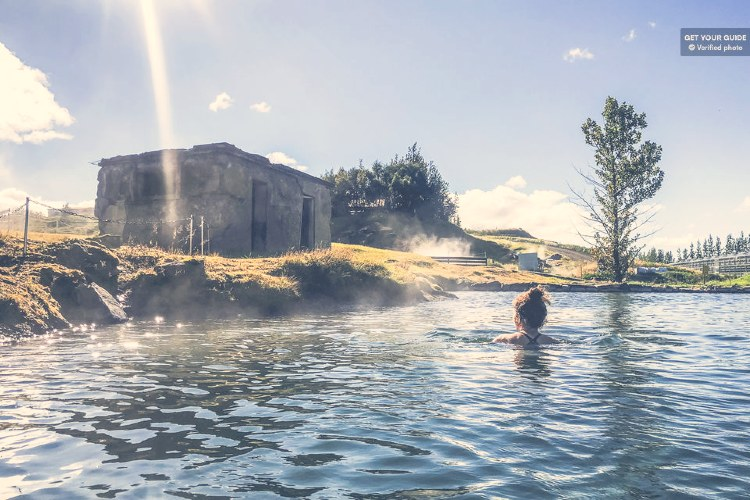 Balneario termal en Fludir, Islandia